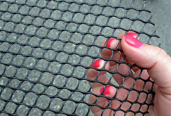 Для защиты дачного участка от кротов полезно бывает использовать специальную прочную сетку.