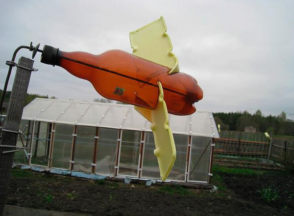 Еще один пример отпугивающей кротов вертушки, сделанной из пластиковой бутылки.
