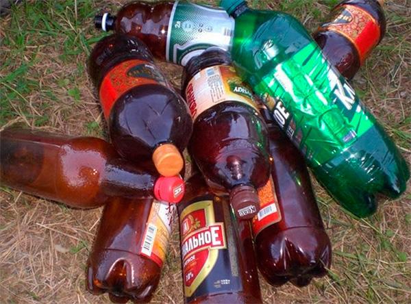 Пластиковые бутылки, разбросанные по огороду, также могут отпугивать зверьков за счет треска, издаваемого при перепадах температуры.