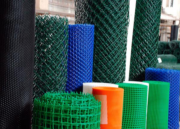 Для ограждения дачного участка от кротов по периметру можно использовать как металлическую, так и пластиковую сетку.
