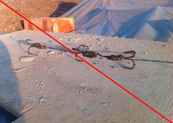 Такие вот ловушки из рыболовных крючков иногда пытаются применять для ловли кротов на участке...