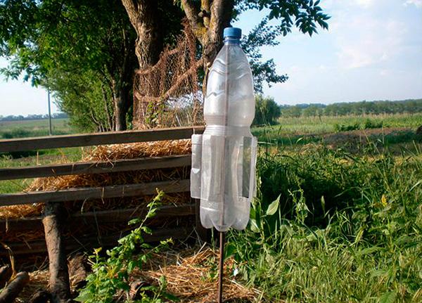 Вертушка для распугивания кротов, сделанная из пластиковой бутылки.