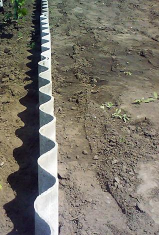 Шифер закапывают вертикально по периметру участка на глубину порядка 80 см.