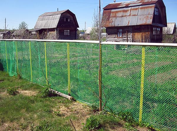Не стоит забывать, что после установки сетки по периметру (на глубину порядка 80 см), потребуется также изловить всех кротов на огороженном участке.