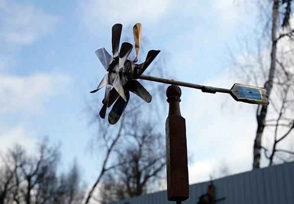 Такая конструкция на ветру создает звук, который и отпугивает кротов с участка.