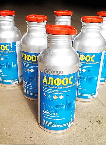 Препарат Алфос в таблетках - при взаимодействии с водой выделяет ядовитый газ фосфин, уничтожающий крыс и мышей.