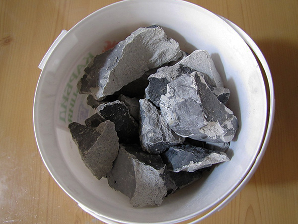 На фотографии показаны куски карбида кальция