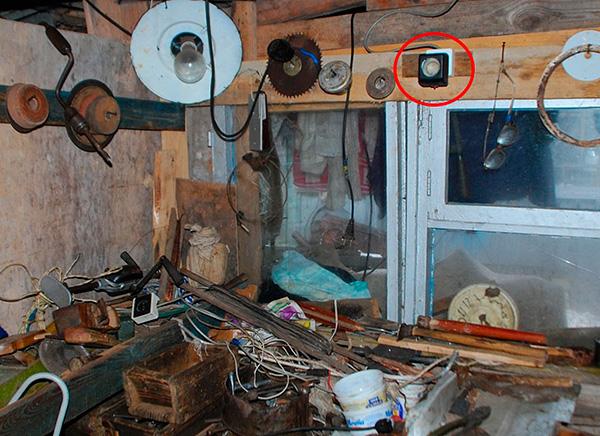 Отпугиватель закреплен на стене помещения.