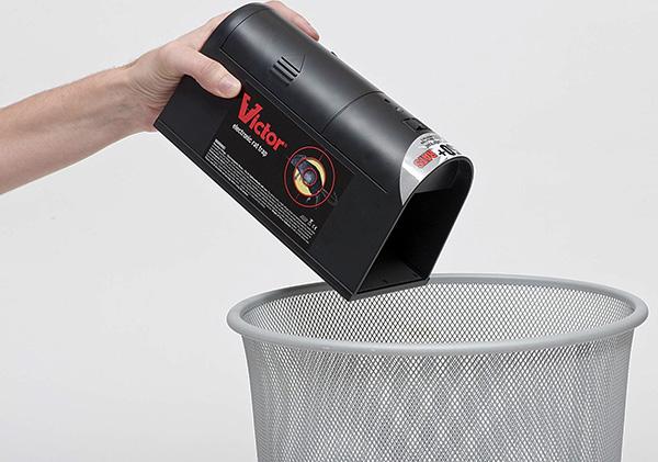 В случае применения электрической крысоловки достаточно лишь вытряхнуть ее содержимое в мусорное ведро.