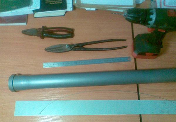 На фото показаны материалы, необходимые для изготовления кротоловки из трубы своими руками.