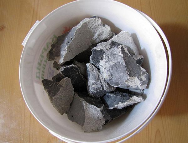Карбид относится к средствам отпугивающего действия, так как при взаимодействии с водой выделяет не только ацетилен, но и дурно пахнущий газ фосфин (в виде примеси).