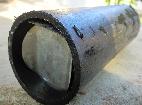 Самодельная кротоловка, сделанная из куска металлической трубы.