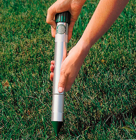 Важно именно воткнуть прибор в землю, а не погружать его в специально выкопанную ямку.