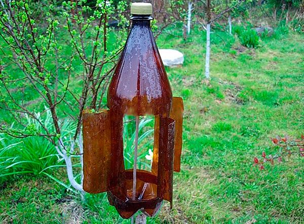 На фото показан пример самодельной вертушки от кротов, сделанной из обычной пластиковой бутылки.