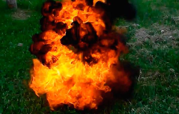 Поджигание ацетилено-воздушной смеси, наполняющей подземные ходы зверьков, - далеко не лучший вариант борьбы с кротами.