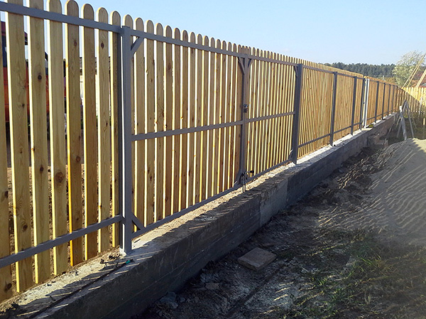 Установка забора с глубоким фундаментом является надежным, но дорогим способом защиты участка от проникновения кротов.