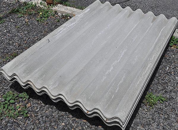 Иногда в качестве недорогой альтернативы пластиковой сетке огородники пытаются использовать для ограждения участка от кротов шифер.