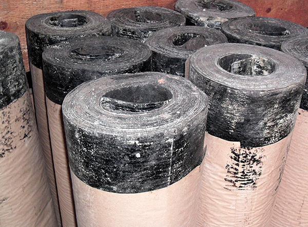 Еще более дешевый вариант - вкапывать по периметру участка рубероид, однако материал этот не очень прочный и от кротов может и не защитить.