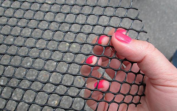 При выборе сетки от кротов важно учитывать, чтобы размер ее ячеек был достаточно мал и вредитель точно не смог бы через них пролезть.