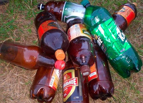 Иногда отпугивать вредителей пытаются с помощью закрытых пластиковых бутылок, которые потрескивают при перепадах температуры.