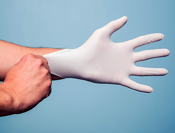 Одноразовые резиновые перчатки - обязательный атрибут при работе с крысиным ядом.