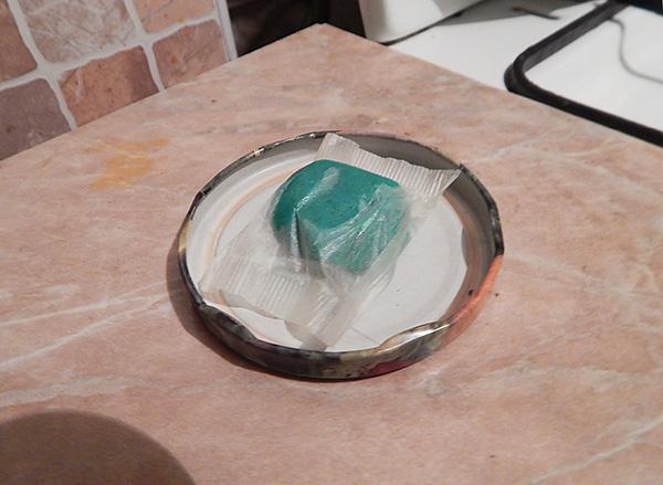 На фото показан пример отравы для грызунов в виде мягкого тесто-брикета.