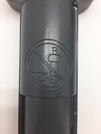 У швейцарской ловушки значок предупреждения выгравирован на пластиковом корпусе.