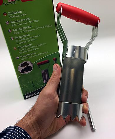 Таким устройством быстро и легко вырезается отверстие для установки кротоловки.